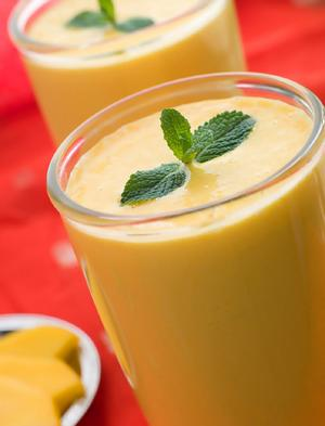 College Cuisine: Mango-Peach Smoothie