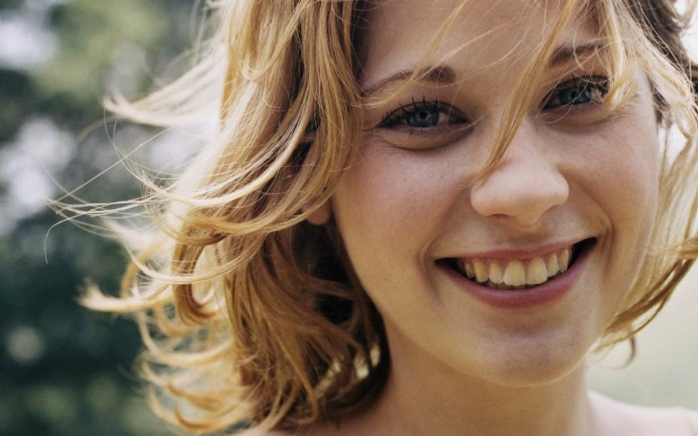 smiling_blue_eyes_by_floppe
