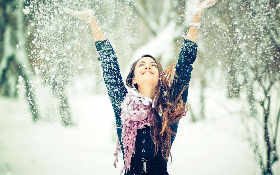 winter-girl-playing-with-snow